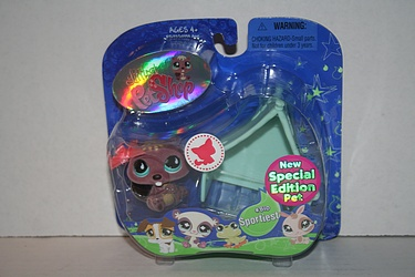 Littlest Pet Shop - #810 - Beaver with Tent and Bow - Special Edition!